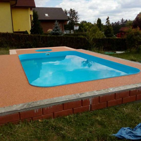 kamenný koberec kolem bazénu
