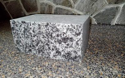 Žulové bloky bílo šedé